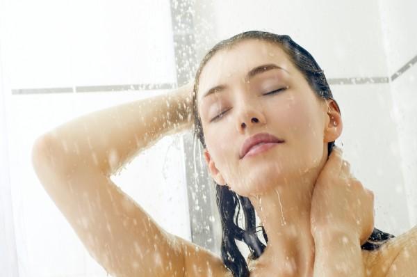 Стоит ли принимать горячий душ в жару