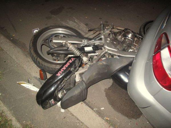 Мотоцикл врезался в припаркованный Ланос