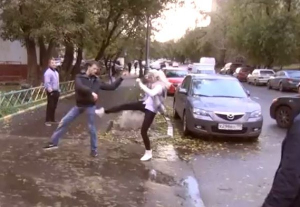 Женщина выскочила из Ауди и принялась бить активистов