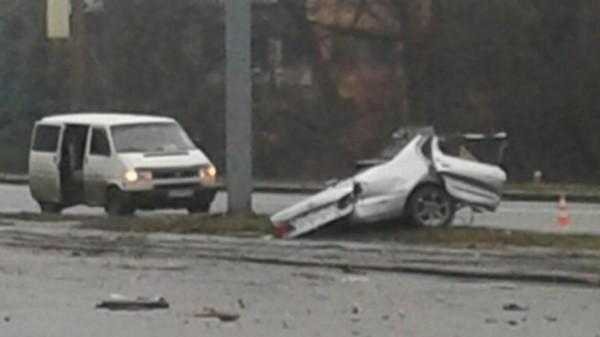 Машину разорвало на две части