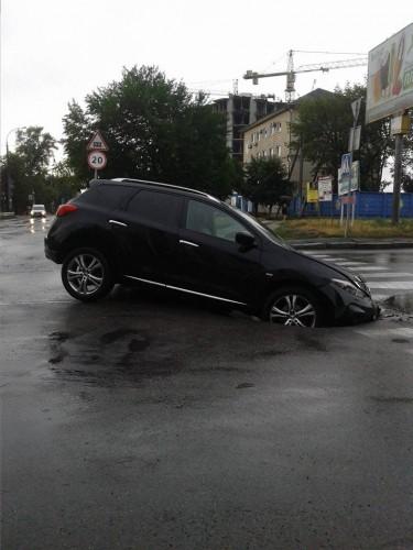 Свежий асфальт поглотил авто