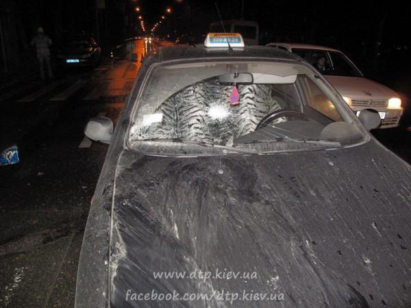 У такси разбито лобовое стекло