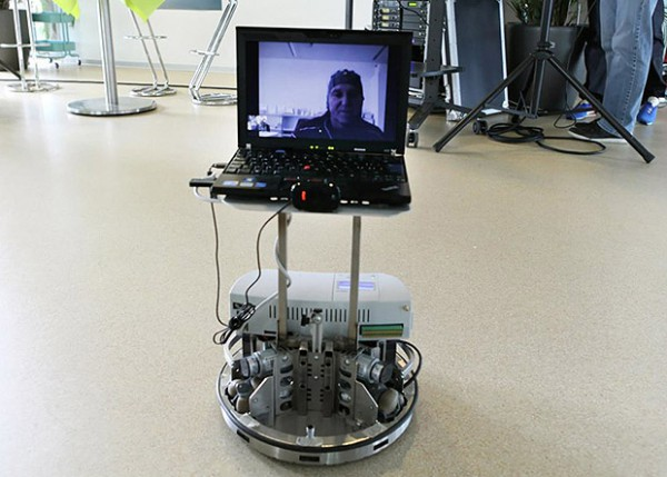 Самоходная тележка с монитором и видеокамерой.