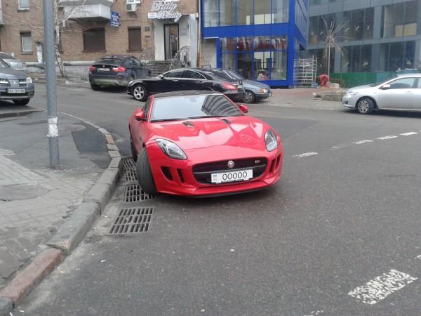 Jaguar F-Type S бросили на перекрестке в Киеве