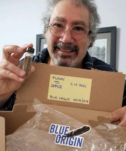 Основатель научного фестиваля в Хантсвилле Джо Якуццо с пузырем с костями динозавров
