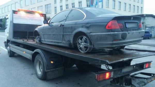 Обратите внимание на колеса BMW - они лопнули во время погони