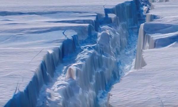 Многокилометровая трещина превратит ледник в айсберг