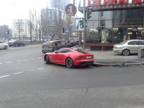 Машина перекрыла часть пешеходного перехода