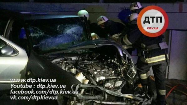 ВКиеве Ниссан протаранил мусоровоз, есть пострадавшие