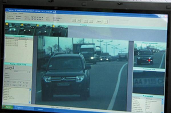 На снимке крупным будет изображение авто, номерной знак, GPS-координаты