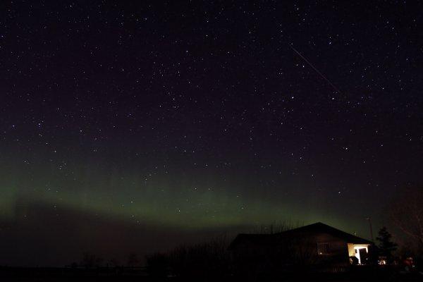 «Падающая звезда» и северное сияние (Канада)