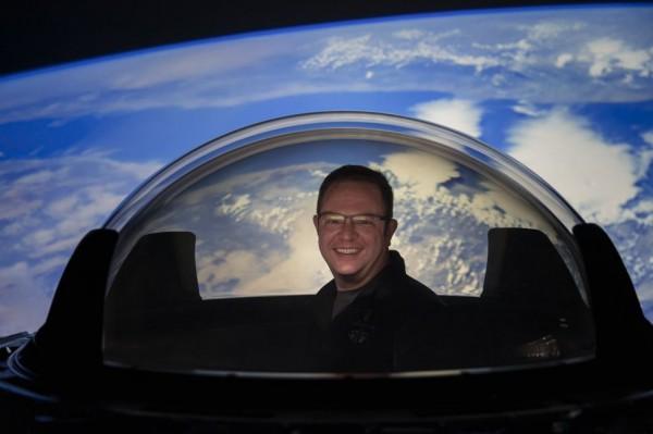 Астронавт Inspiration4 Крис Семброски опробует новое окно купола SpaceX для своего космического корабля Crew Dragon, прежде чем оно будет установлено на транспортном средстве.