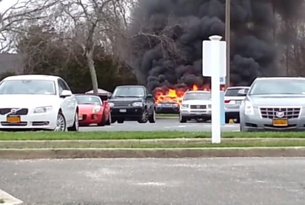 Пожар случился на парковке
