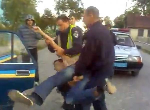 Буйного мужчину пришлось силой запихивать в машину