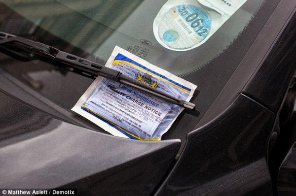 Выписанную полицейскими штрафную квитанцию прикрепили к стеклу