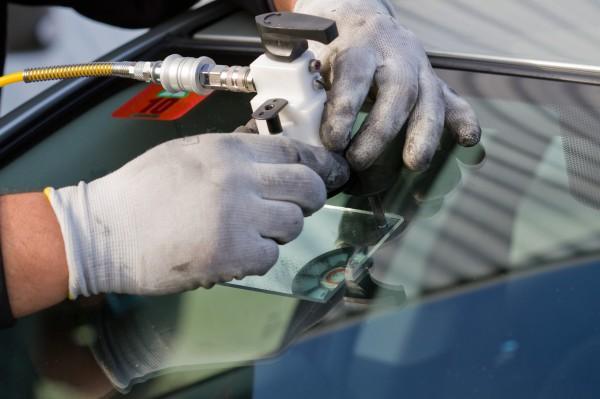 Как отремонтировать трещину в стекле автомобиля