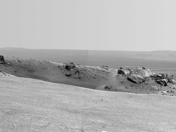 Снимок, сделанный Оппортьюнити 9 августа. На переднем плане находится небольшой кратер Odyssey, на заднем — внутренняя часть Индевора.