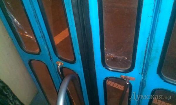 Мужчины разбили стекла в трамвае и уехали