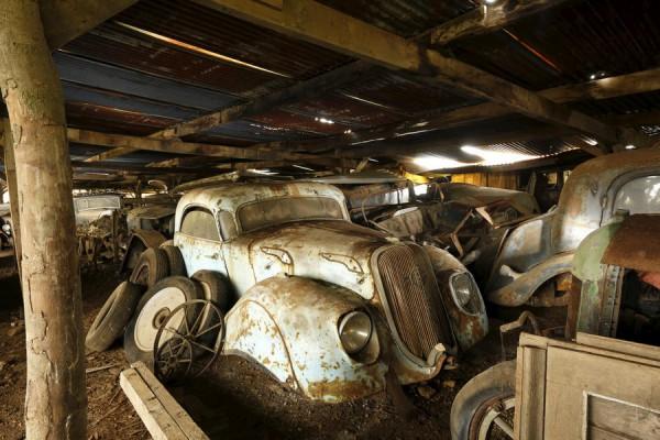 Автомобили ржавели на заброшенной ферме