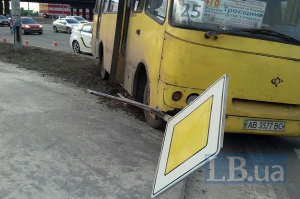 В Киеве Богдан протаранил Mercedes и снес дорожный знак