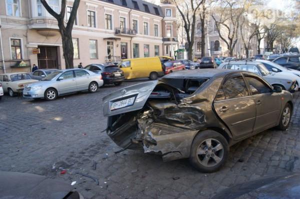 ДТП в Одессе ночью 14 января. Повреждены пять автомобилей.