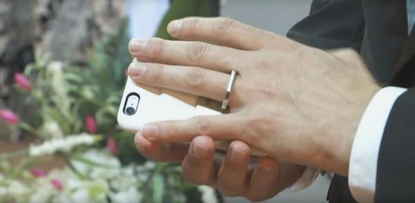 Мужчина женился на собственном телефоне