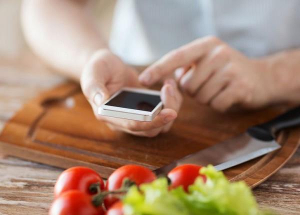 Владельцы телефонов по-разному относятся к еде