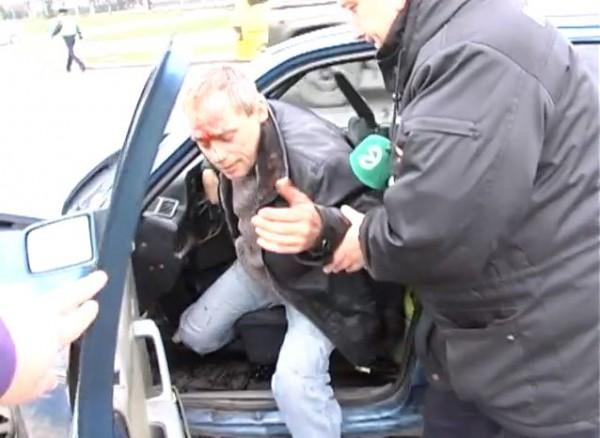 Водитель Опеля не без помощи журналиста выбрался из машины