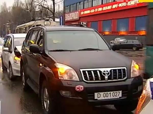 В Киеве водитель на внедорожнике Toyota с дипномерами спровоцировал дорожную аварию