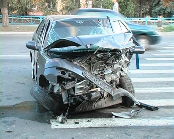 Водитель BMW разбил автомобиль гаишника и сбежал