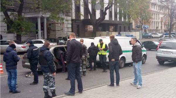 В центре Одессы Citroen врезался в инкассаторов