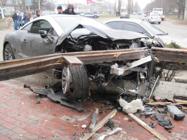 Помимо самого Пежо, повреждения получили еще три машины