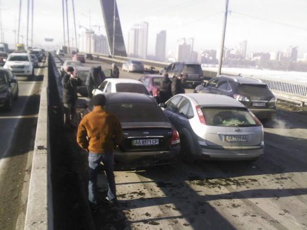 На Московском мосту 5 февраля столкнулись несколько легковушек. Пострадала женщина, пассажирка Киа