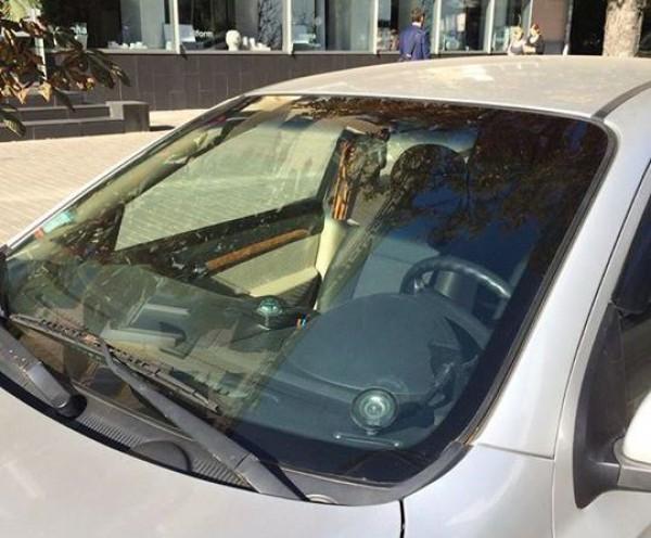 Водитель не хотел снимать ленточку и угрожал топором