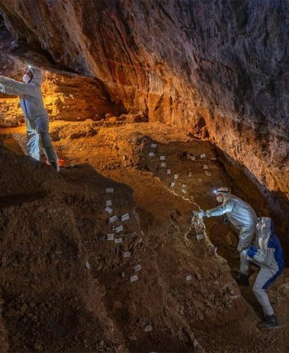 Отбор различных культурных слоев в пещере