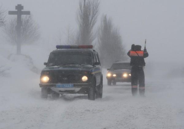 Сотрудники милиции разбились на зимней дороге