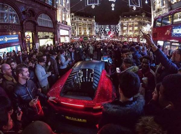 Встолице Англии засветился неповторимый Lamborghini состразами