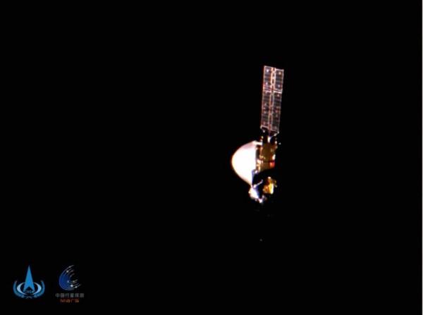 Китайский зонд Tianwen-1 снятый крошечной камерой, выброшенной из космического корабля