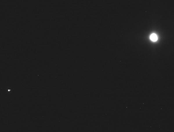 Слева - Земля и Луна, справа - астероид Бенну