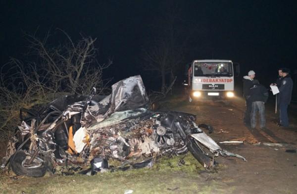 BMW слетел с дороги, снес дерево и вспыхнул
