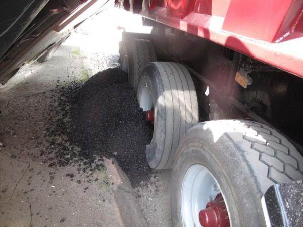Один из грузовиков вез горячий асфальт