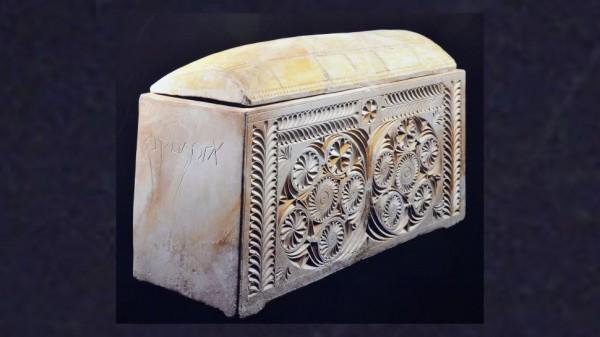 Богато украшенный оссуарий, украшенный цветочными мотивами и помеченный на арамейском языке