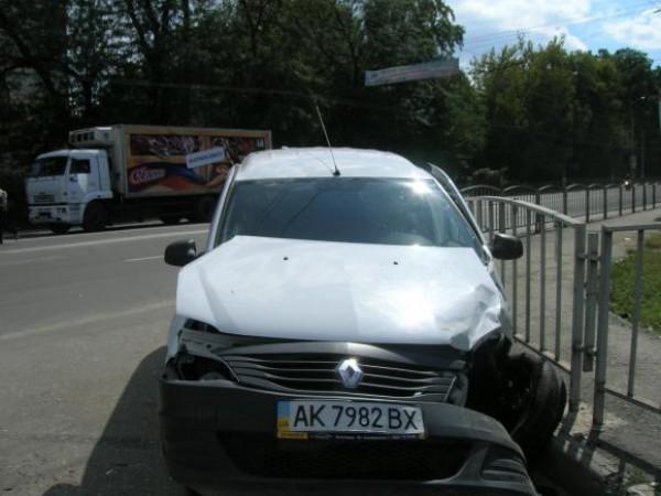От мощного удара Renault развернуло.
