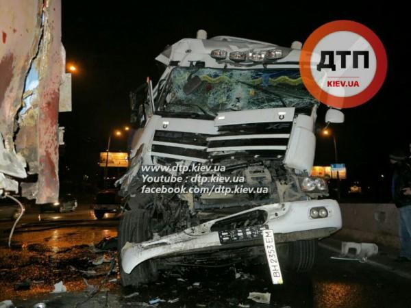 Столкновение грузовиков в Киеве