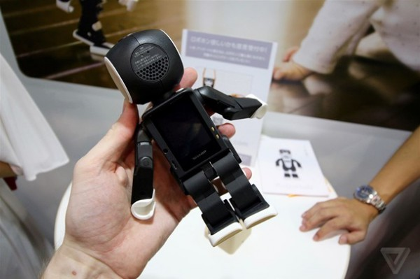 Робот-смартфон RoboHon от Sharp поступит в продажу в мае