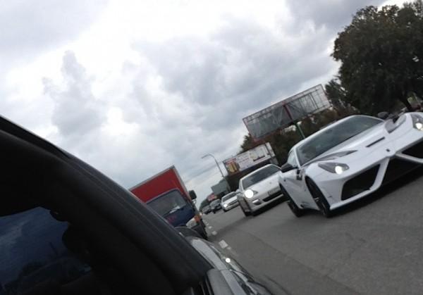 Этот Феррари видели в сопровождении Porsche и Mercedes