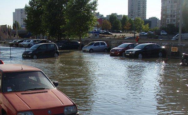 Хдынувший поток затопил территорию стоянки