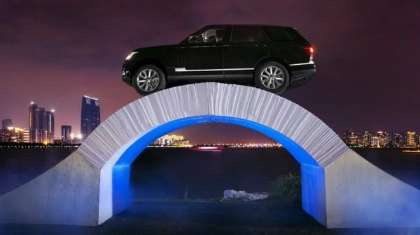 Range Rover на бумажном мосту