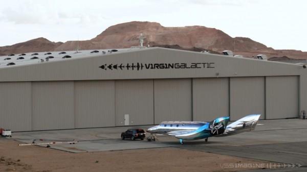 VSS Imagine и буксирный автомобиль возле ангара Virgin Galactic в космодроме Америка в Нью-Мексико