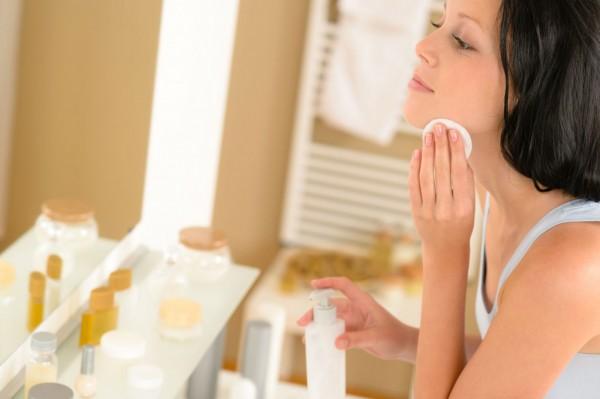 Как правильно очищать лицо от косметики